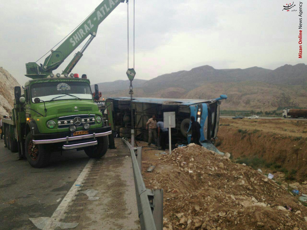 دو توریست آلمانی در حادثه واژگون شدن مینیبوس در استان فارس کشته شدند