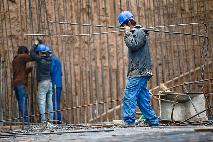 انجام آزمایش کرونا از ۱۵۰ کارگر ساختمانی و فصلی در شیراز