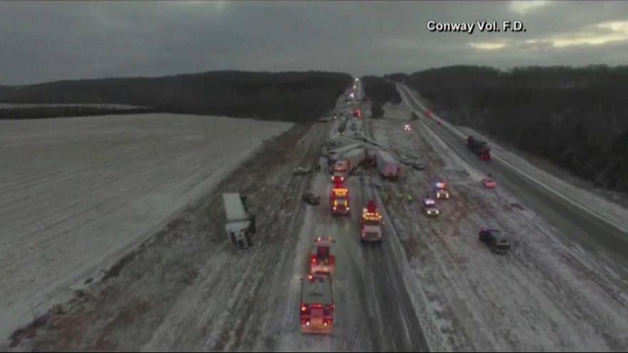 تصادف ۳۰ خودرو در برف و بوران میسوری آمریکا