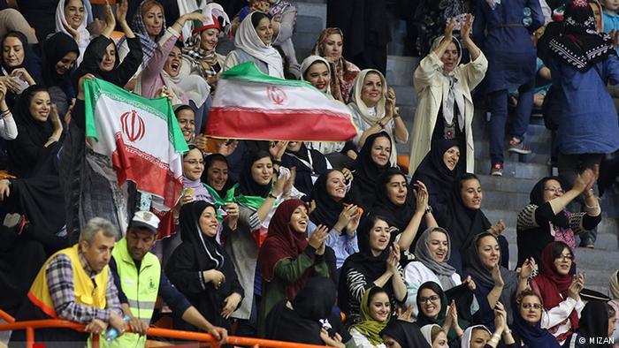 نماینده مجلس: ورود به ورزشگاهها حق زنان است