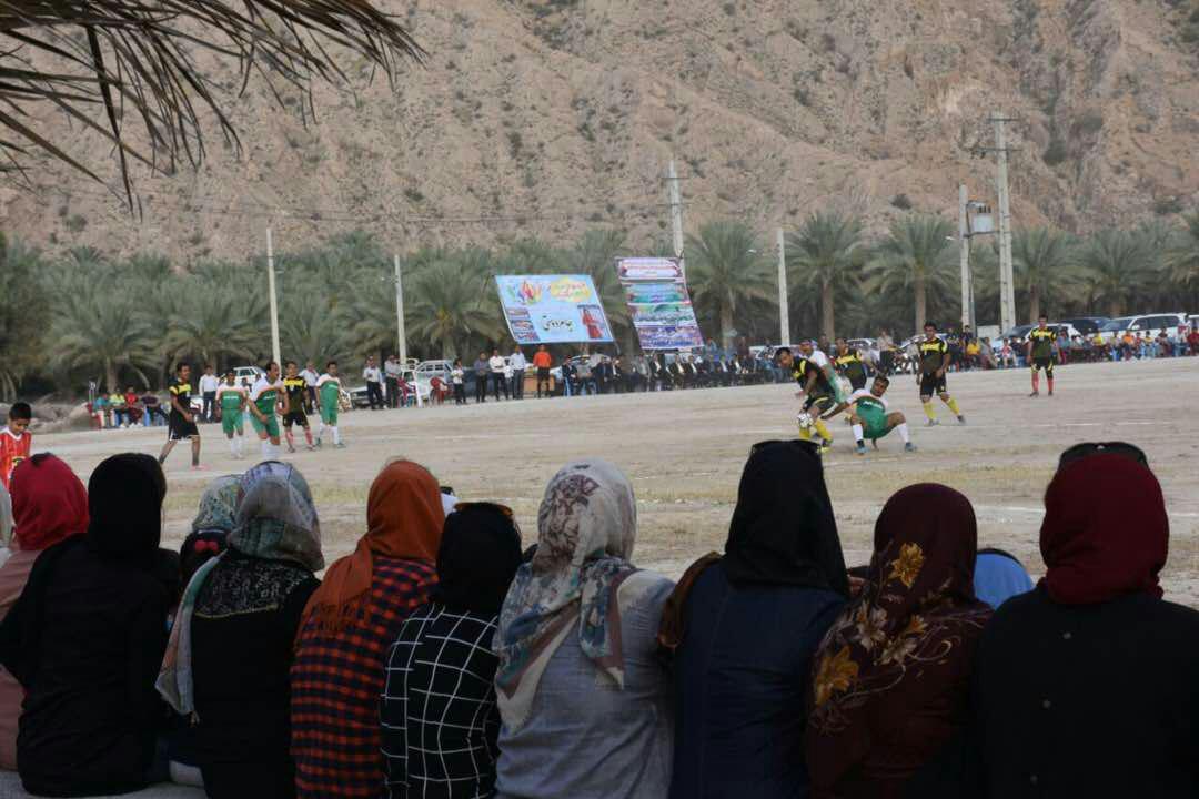زنان روستای «شاهیجان» بوشهر به تماشای فوتبال مردان نشستند