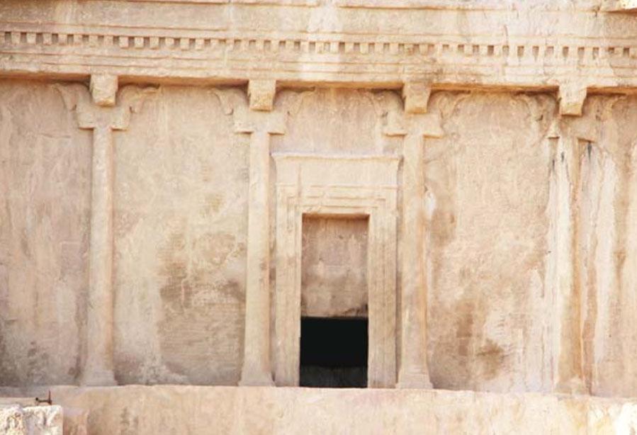 آرامگاه داریوش در نقش رستم نَم کشید