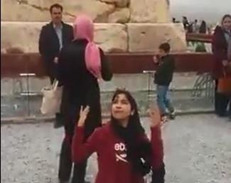 ایران همه قلب و خون من است؛ شعرخوانی حماسی دختر ایرانی در کنار آرامگاه کوروش