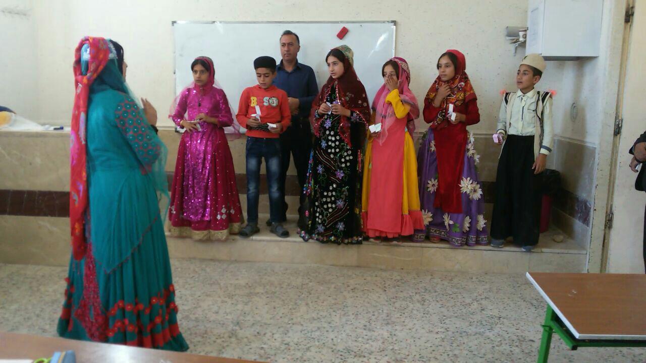 دانشآموزان در ممسنی با لباس محلی به مدرسه رفتند