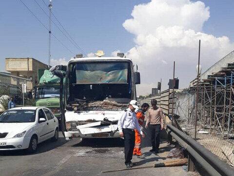 مصدومیت ۲۷ نفر در شیراز بر اثر برخورد تریلی و اتوبوس