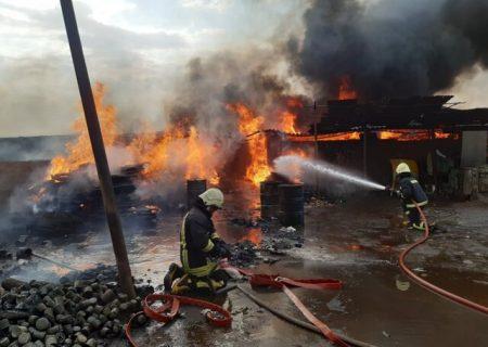 آتشسوزی در یک انبار ضایعات در شیراز