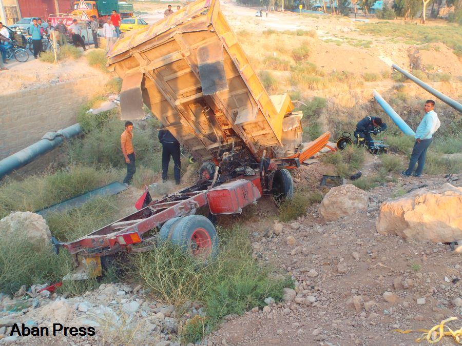 سقوط کامیونت به رودخانه خشک شیراز