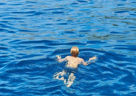 پسر ۷ ساله آمریکایی یک ساعت شنا کرد تا برای پدر و خواهرش درخواست کمک کند