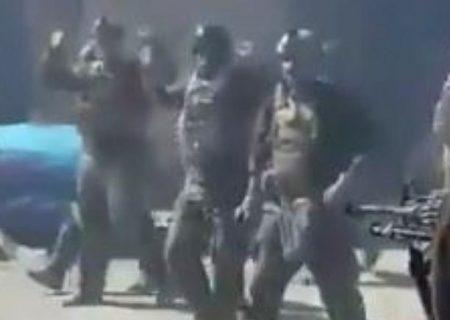 شلیک طالبان به ۲۲ کماندوی افغان که دستها را به علامت تسلیم بالا برده بودند
