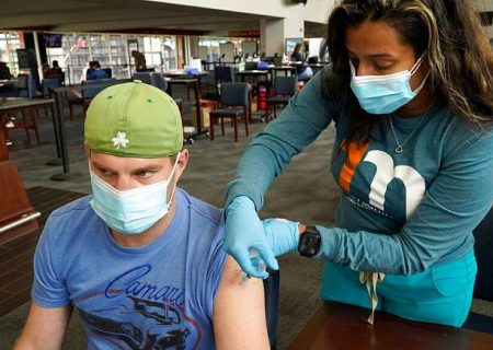 نتیجه یک پژوهش: افراد واکسینه شده میتوانند به اندازه دیگران ناقل کرونا باشند