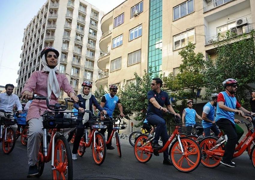 زنان هم میتوانند در شیراز از دوچرخههای هوشمند استفاده کنند