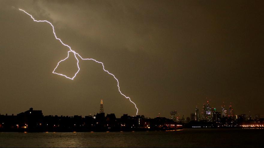 «مادر همه آذرخشها» نزدیک به ۲۰ هزار بار آسمان بریتانیا را روشن کرد