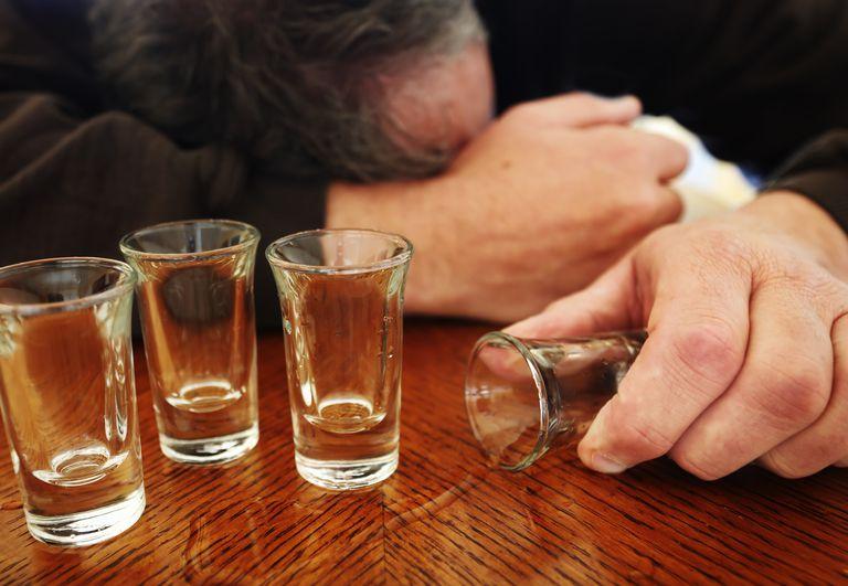 مسمومیت ۴ نفر در شیراز به دلیل مصرف مشروب دست ساز
