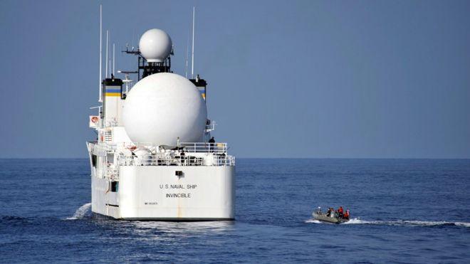 «نزدیک شدن» قایق های ایرانی به ناو آمریکایی در تنگه هرمز