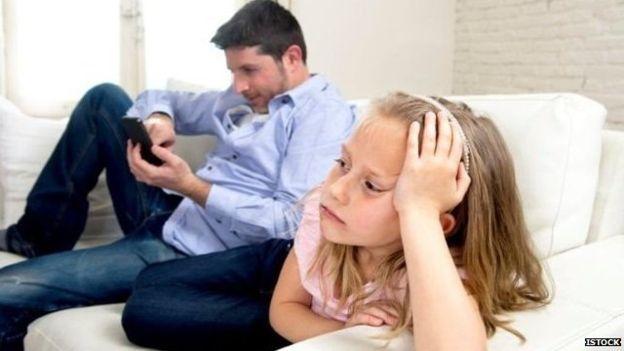 استفاده بیش از حد والدین از موبایل «به خانواده لطمه میزند»