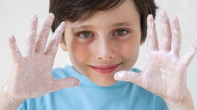 آب گرم و سرد «به یک اندازه دست را تمیز میکنند»