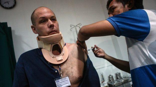 خبرنگار استرالیایی با گلولهای در گردن زنده ماند