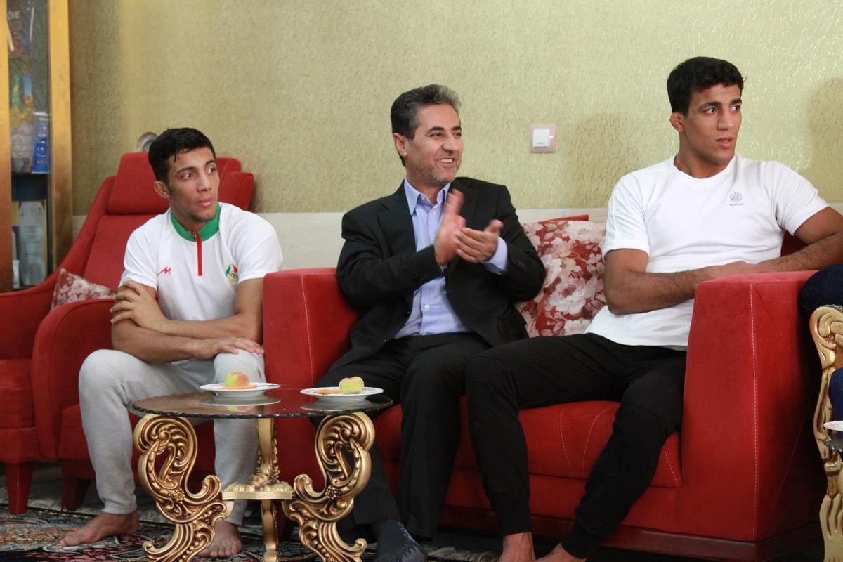 دیدار شهردار شیراز با دو مدال آور مسابقات کشتی آسیا