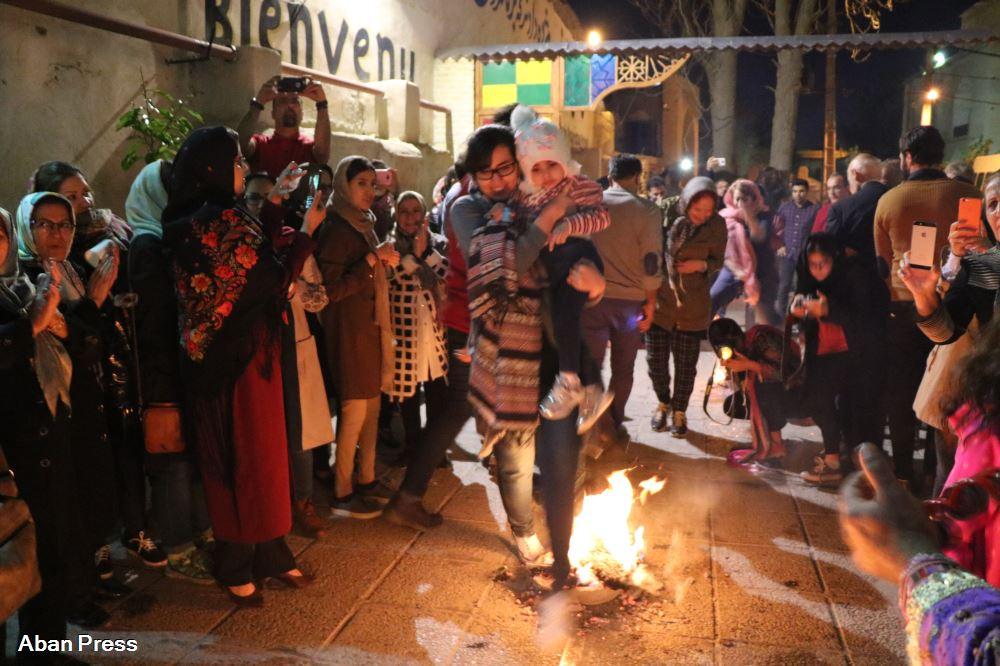 آیین باستانی چهارشنبه سوری در گذر تاریخی سنگ سیاه شیراز برگزار شد