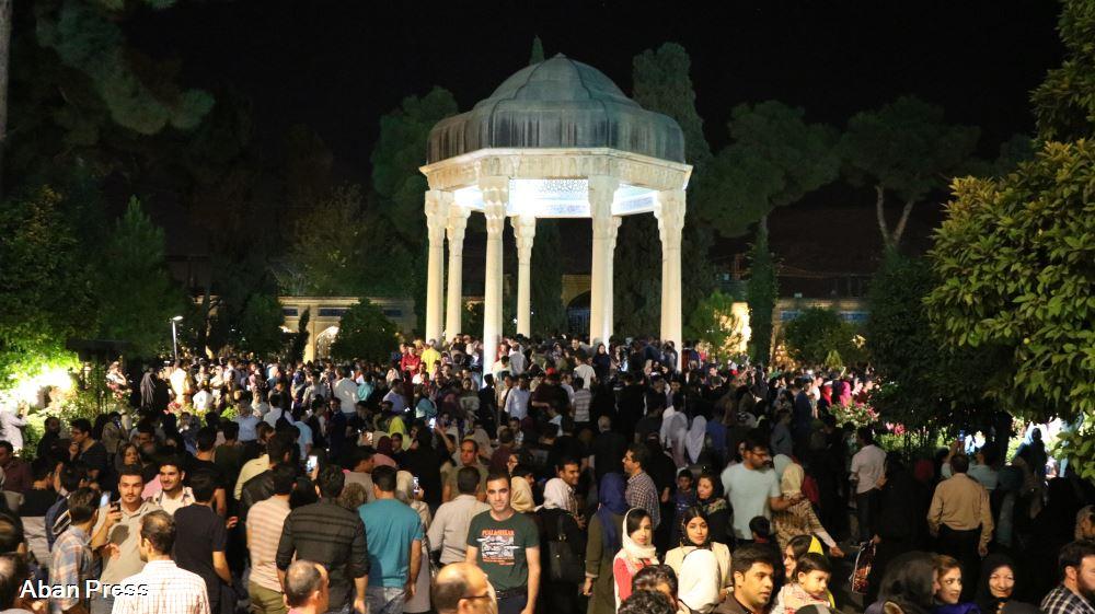 یادروز حافظ؛ حضور پرشمار مردم در آرامگاه حافظ