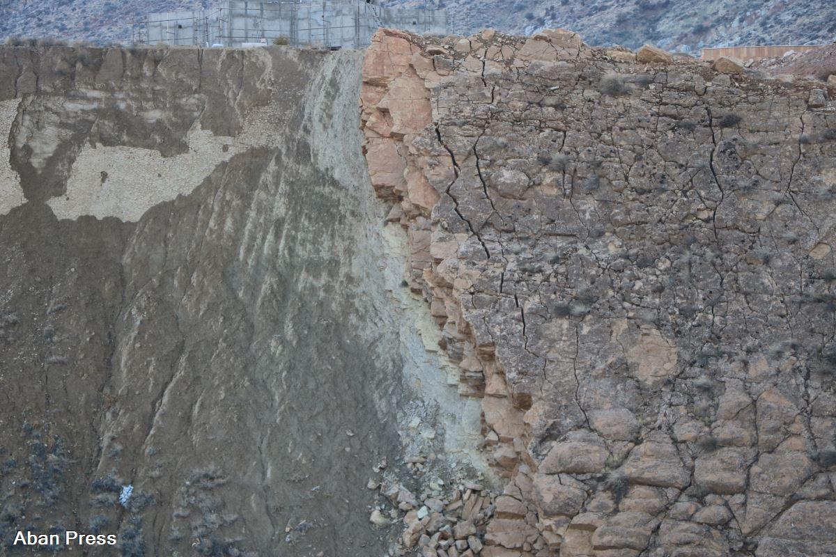 «جنس سنگهای بزرگراه حسینی الهاشمی شیراز؛ دلیل احتمالی رانش زمین»