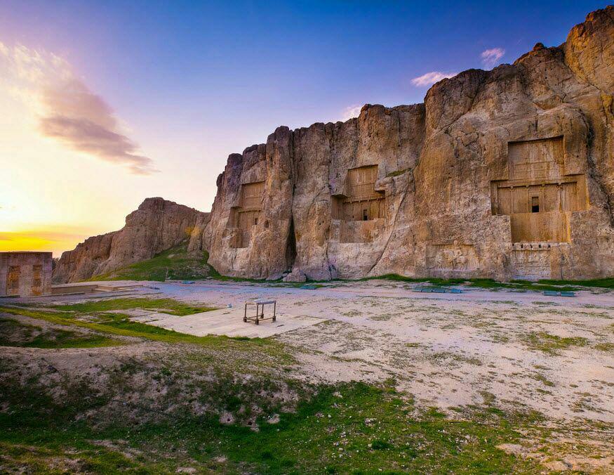۷ سنگ از دیوار آرامگاه خشایارشا در نقش رستم جدا شد