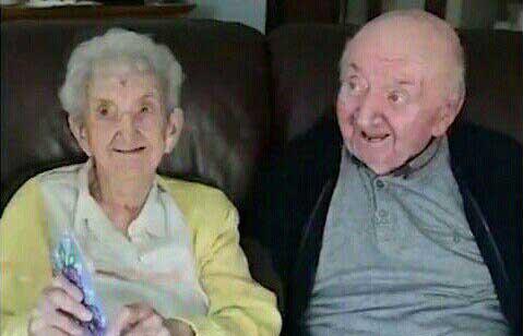 مادر ۹۸ ساله برای مراقبت از پسر ۸۰ سالهاش، ساکن خانه سالمندان شد