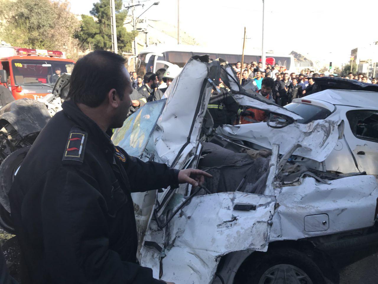 تصادف یک کامیون با ۵ خودرو در شیراز ۲ کشته داشت