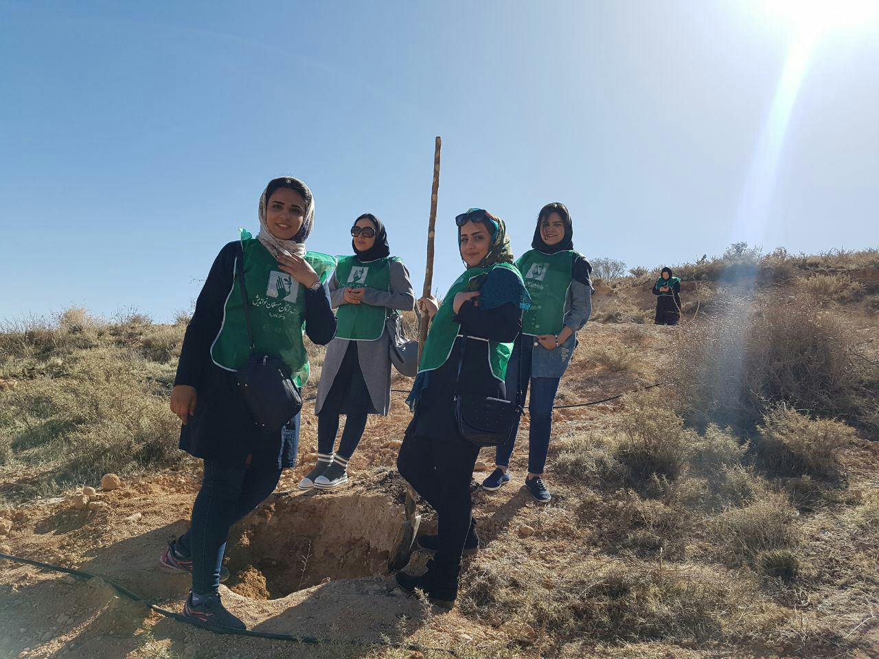 کاشت درخت توسط اعضای جمعیت زنان مسلمان نواندیش منطقه فارس