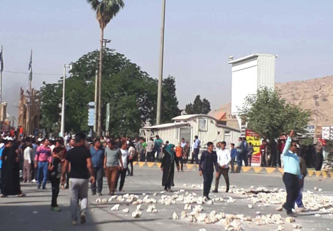 حامیان جدایی چنارشاهیجان از کازرون تجمع اعتراضی برپا کردند